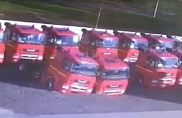 В Набережных Челнах машины просто проваливаются под землю. Видео